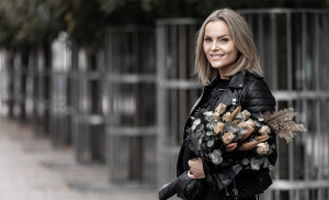Influencer Marketing: Female Influencer holding flowers in her hand